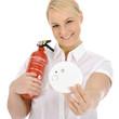 Frau mit Rauchmelder und Feuerlöscher