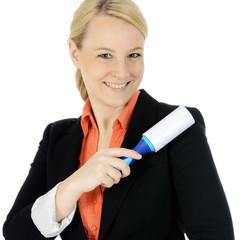 Frau reinigt Sakko mit Fusselroller
