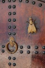 Стучалки фигурные на двери в медине. Рабат. Марокко.