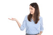 Frau isoliert präsentiert ein Produkt mit der Hand