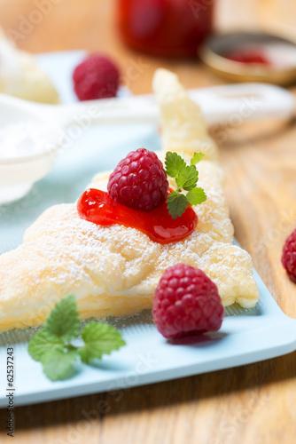 Blätterteig mit Fruchtmus und Himbeeren
