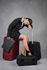 femme d'affaires épuisée avec ses valises