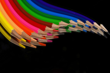 Lápices de colores en movimiento