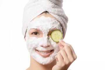 Lächelnde Frau mit einer Anti-Aging Maske