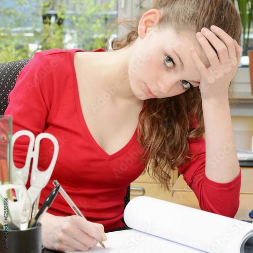 Schülerin ist überarbeitet