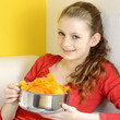 Teenager mit Chips als Snack