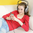 Teenager hört Musik mit MP3-Player