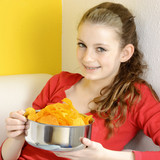 Teenager mit Chips als Snack
