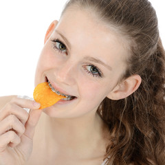 Teenager isst Chips als Snack