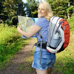 Wanderer schaut in Wegeplan