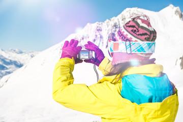Skifahrerin macht Foto