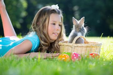 mädchen mit kaninchen im park beim suchen