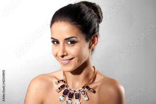 canvas print picture Frau mit schwarzen Haaren trägt Schmuck