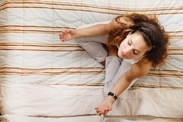 Auf dem Bett meditieren
