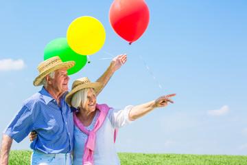 glückliche senioren im frühling