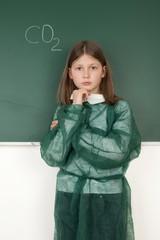 Schülerin vor der Tafel