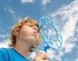 Junge pustet Seifenblasen