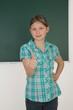 Schülerin zeigt Daumen hoch