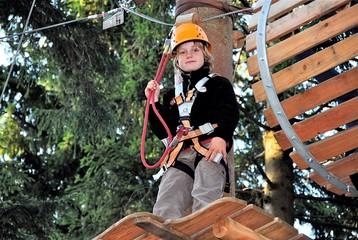 Kind im Klettergarten