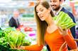 Paar im Supermarkt kauft Obst und Lebensmittel