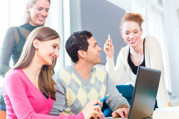 Gruppe Studenten lernt an Universität