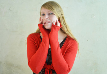 Blonde Frau in Strickjacke