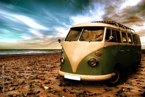 Poster Strand mit altem Camper