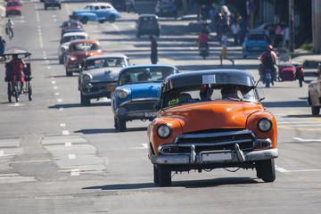 autos antiguos en la via