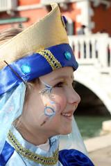 Bambina in maschera a Venezia