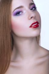 Крупным планом портрет красивая девушка с ярким макияжем глаз
