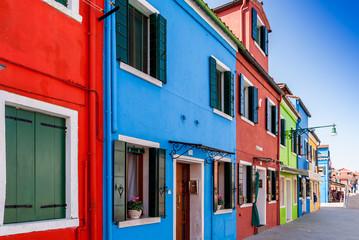 Façades colorées sur l'île de Burano à Venise