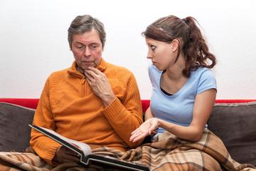 Tochter zeigt Demenz kranken Vater Bilder