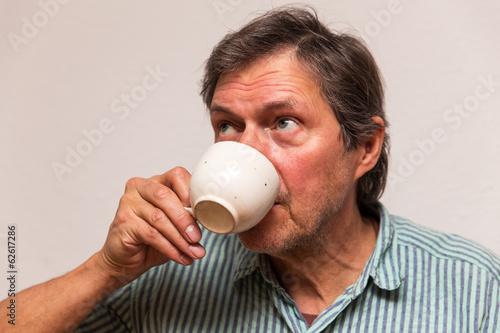 Senior trinkt zu Hause einen Kaffee