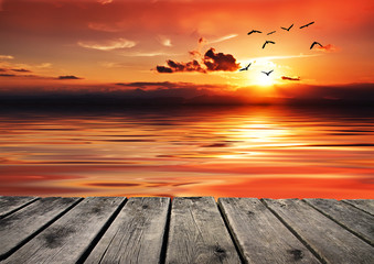 el mar se tinta de rojo con la puesta de sol