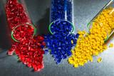 Kunststoff Granulat in Reagenzgläser
