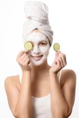 Lächelnde Frau mit einer Maske im Gesicht