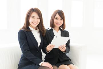タブレットを見る二人の女性 ビジネス