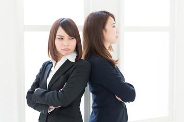 喧嘩する二人の女性 ビジネス