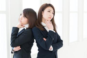 考える二人の女性 ビジネス