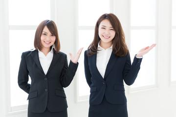おすすめする二人の女性 ビジネス