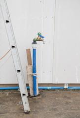 Erste Wasserleitung beim Bau eines neuen Hauses