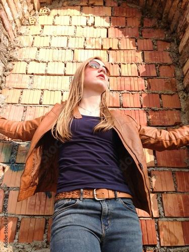 Teenager mit Blick nach oben