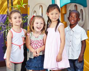 Lachende Kinder zusammen im Kindergarten
