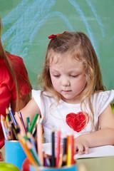 Mädchen beim Malen im Kinderzimmer