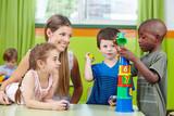 Fototapety Kinder bauen Turm im Kindergarten