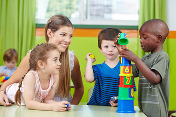 Kinder bauen Turm im Kindergarten