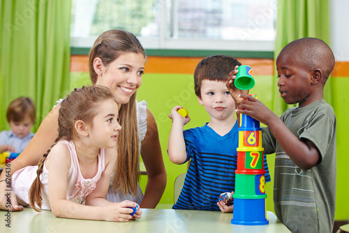 canvas print picture Kinder bauen Turm im Kindergarten