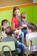 Kinder im Stuhlkreis im Kindergarten