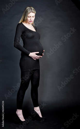 pregnant woman wearing black clothes and pumps