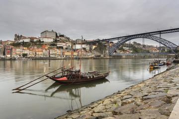 Cidade do porto com os seus Barcos Rebelo do rio Douro